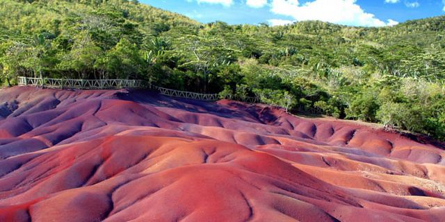 Chamarel seven color earth mauritius (1)