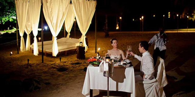 Private candlelight beach dinner (4)